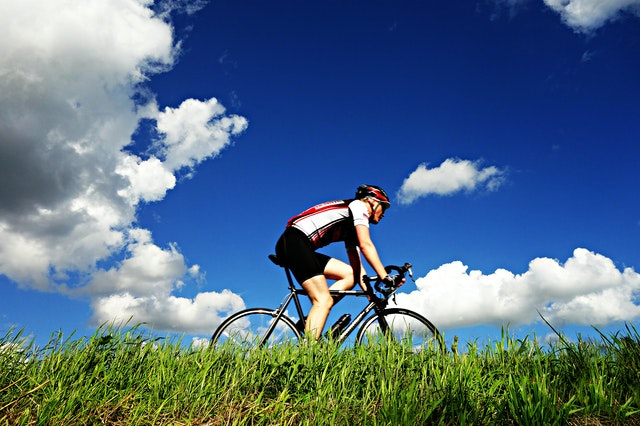 muškarac-bicikl-priroda